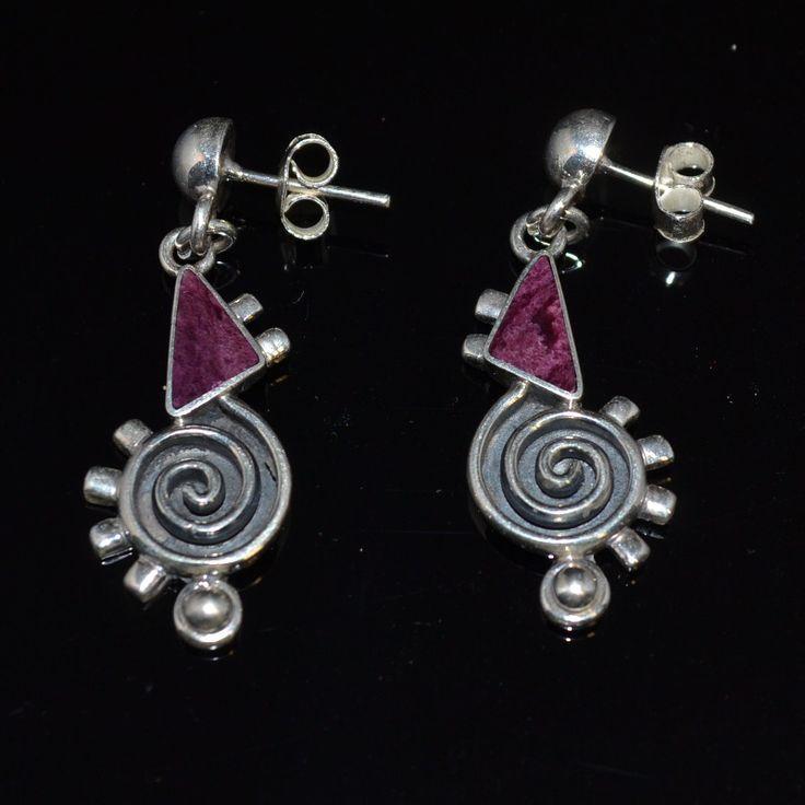 Aparte zilveren oorstekers met paarse spondylus. Uniek design  Gratis verzending in Nederland www.dczilverjuwelier.nl