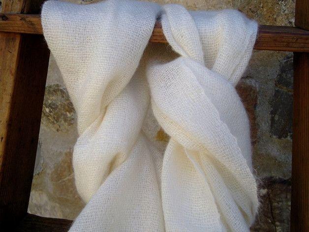 Dieser schöne super leichte Schal aus reinem Mohair sorgt an kühlen Tagen nicht nur für Wärme, sondern versprüht auch schlichte Eleganz. Die Farben ist in der Kette und im Schuß sind...