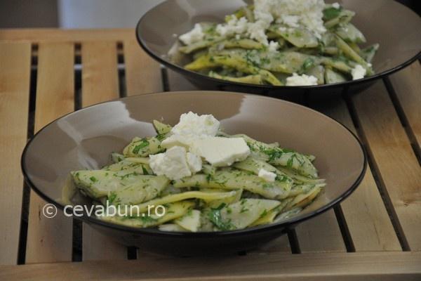 Salata de fasole verde cu verdeata si telemea - reteta lacto-vegetariana