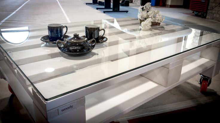 Crystal  White, un tavolino da salotto unico nel suo genere. Il piano in vetro, crea atmosfere incredibili, mettendo allo stesso tempo in risalto l'ambiente circostante. Che accompagni le serate sul divano o i momenti di relax in giardino, Crystal White non smetterà mai di regalarti emozioni.