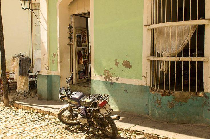 Ruben Laros Mijn zoon maakte deze foto op Cuba. Ongetwijfeld met in zijn achterhoofd zijn motorrijdende vader. Alles rijdt daar tot het volledig op is. En zie die woonsituatie. En maar mopperen in Nederland... Wat een straatbeeld dit. De foto is intussen op mooi plaatmateriaal afgedrukt. #cuba #straatfotografie