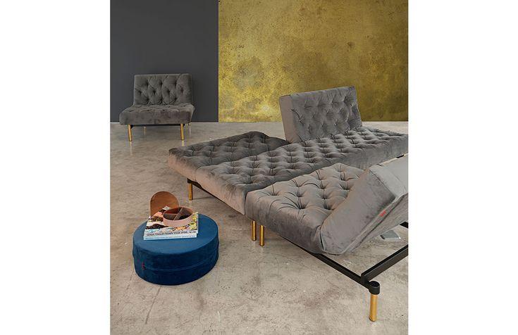 En fåtölj som kombinerar både design, funktionalitet och stil som bildar en suverän möbel. Ryggen är delbar och går att fälla i tre olika lägen för bästa upplevelse. Fåtöljen kommer med pocketfjäder madrass för att skapa både en bekväm sits och liggkomfort. Dansk design av Per Weiss. Benen kommer i tre olika utförande som du väljer ovan. Välj bland två olika tyger. Kom in och provsitt i Agnesbergsbutiken!