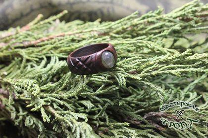 Купить или заказать Кольцо 'Coyote Oldman' из палисандра с спектролитом в интернет-магазине на Ярмарке Мастеров. Палисандр Сантос - Древесина носит условное название Палисандр и в ботанике именуется, как Machaerium sleroxilon. Это дерево широко распространено в Бразилии. Плотность палисандра в среднем составляет 850 кг/м3 Лабрадор. Название лабрадор минерал получил от названия полуострова Лабрадор в Северной Америке, где был обнаружен в 1770 г. Другие названия минерала и его разновидностей…