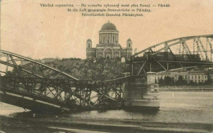 A felrobbantott Mária-Valéria híd. 1945