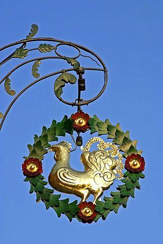 Signo con un gallo de oro en Beilngries Baviera Alemania.