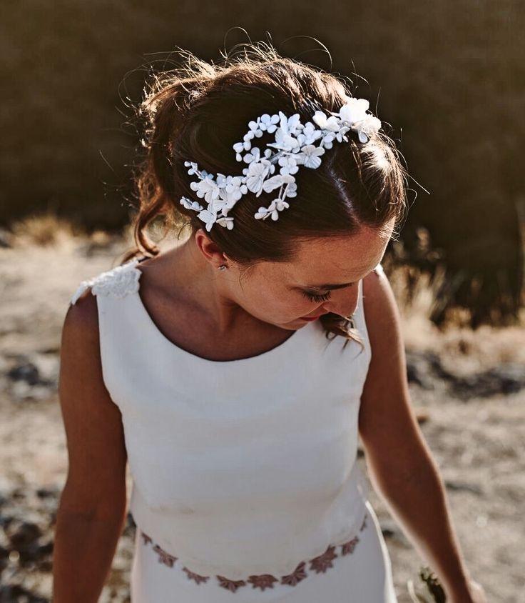 Hay tocados delicados que visten a novias muy especiales. Tocado Valentine en flores de porcelana blancas o rosa