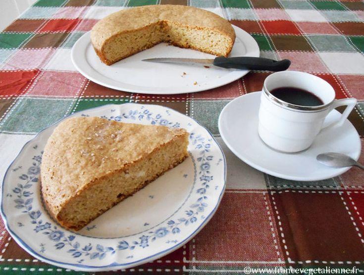 D'une rondeur à peine dodue sous une croûte de couleur marron claire*, le  gâteau minute hésite entre la génoise et le quatre-quarts.  La base de cette pâtisserie typique de la Vendée méridionale repose sur un  duo sucre-farine assez consistant, allégé de levure et de yaourt au soja.  Il existe des variantes à sa réalisation. Certains ajoutent du lait (pour  nous de soja ou d'amande), de la vanille. D'autres rehaussent son goût de  chocolat, ou de fruits (pommes, abricots…).  Sa croûte…