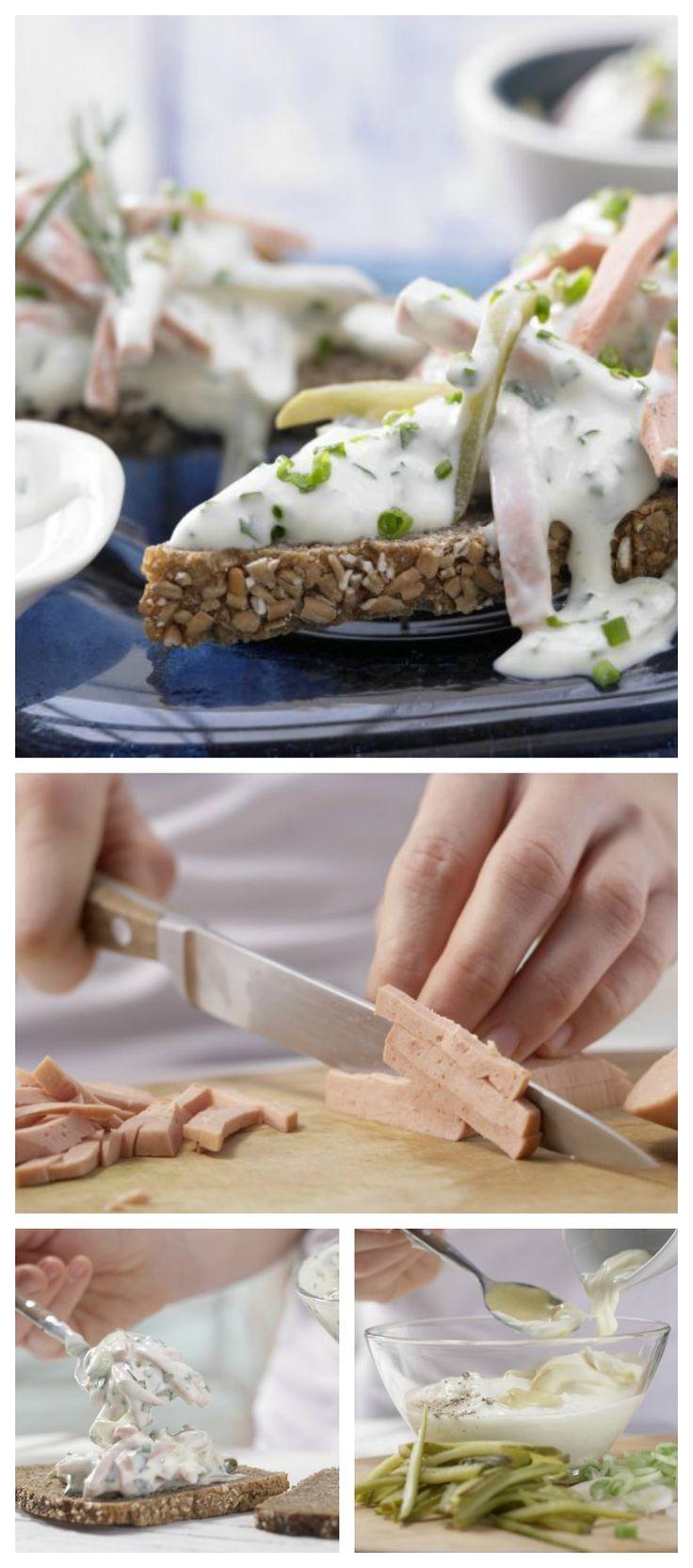 Fleischsalat ist ein legendärer Frühstücks- und Abendbrotklassiker für alle, die es herzhaft mögen: Fleischsalat mit Kräutern und Joghurt-Senf-Sauce | http://eatsmarter.de/rezepte/fleischsalat-kraeutern