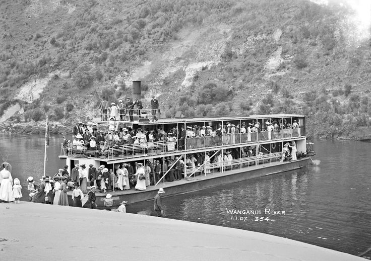 Paddle steamer Manuwai, and passengers, on the Whanganui River, 1 January 1907.  William Archer Price.  Courtesy Alexander Turnbull Library, Wellington, New Zealand