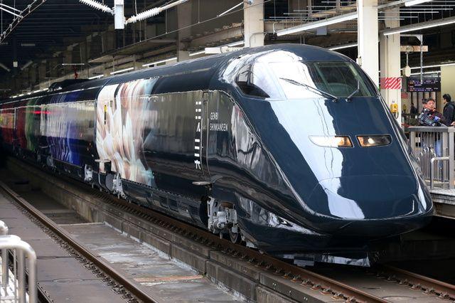 新潟へ向け出発する「現美新幹線」=12日午前、JR大宮駅、時津剛撮影