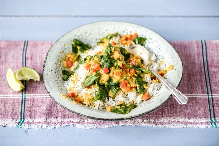Pikanter Linsen-Gemüse-Eintopf mit Kokosmilch und fluffigem Basmatireis Rezept | HelloFresh