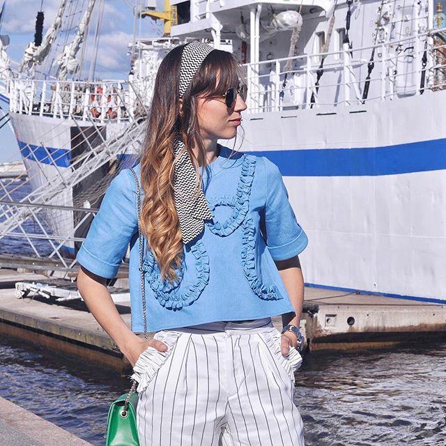 Детали образа ⚓️  На фото джинсовый топ с рюшами , и белые брюки в полоску с декоративными карманами.  Всё это на сайте kseniakams.com  и даже больше🙌🏼