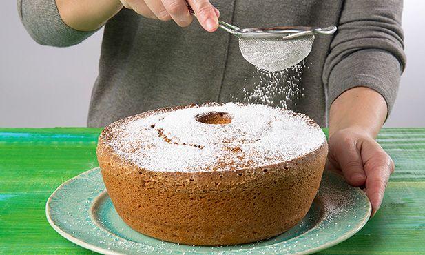 O bolo de iogurte é um dos básicos de cozinha que pode ensinar às crianças. Uma receita que sabe sempre bem