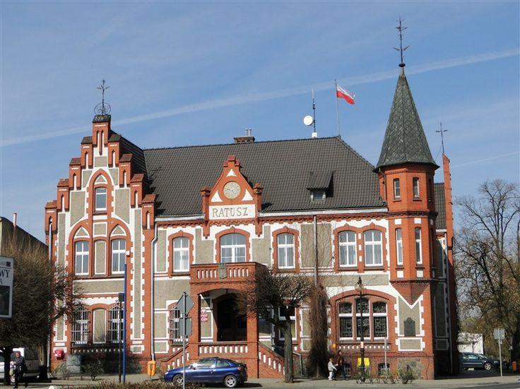 Ratusz w Pakości – pakoski ratusz został wybudowany w 1907 roku w stylu eklektycznym. Obecnie budynek jest siedzibą Urząd Miasta i Gminy.