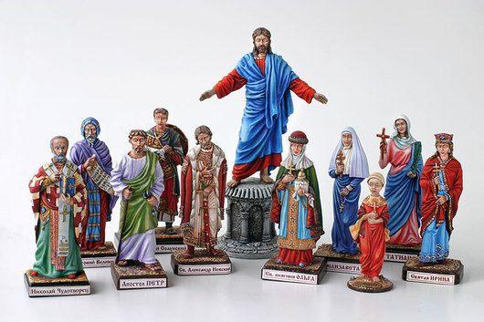 подарок, состоящий из миниатюр святых покровителей вашей семьи. Можно делать любое количество фигур вокруг Иисуса Христа (дети, родители, внуки...). Тогда сумма расчитывается отдельно.