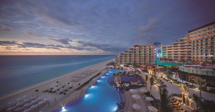 Cancún (México): O Hard Rock Hotel Cancun (www.hrhcancun.com) oferece um pacote de três noites que inclui o Limitless Resort Credit, programa em que o hóspede pode aproveitar as atrações pagas à parte, como SPA, serviços de beleza e tours por destinos turísticos fora do hotel, entre outros, pagando apenas 20% do valor total correspondente. Sai por US$ 1500 (R$ 4683,15, preço convertido em 24/10/2016) para cada pessoa. Válido de 12 a 15/11. Reservas: (11) 2168-1650 (Preços e condições…
