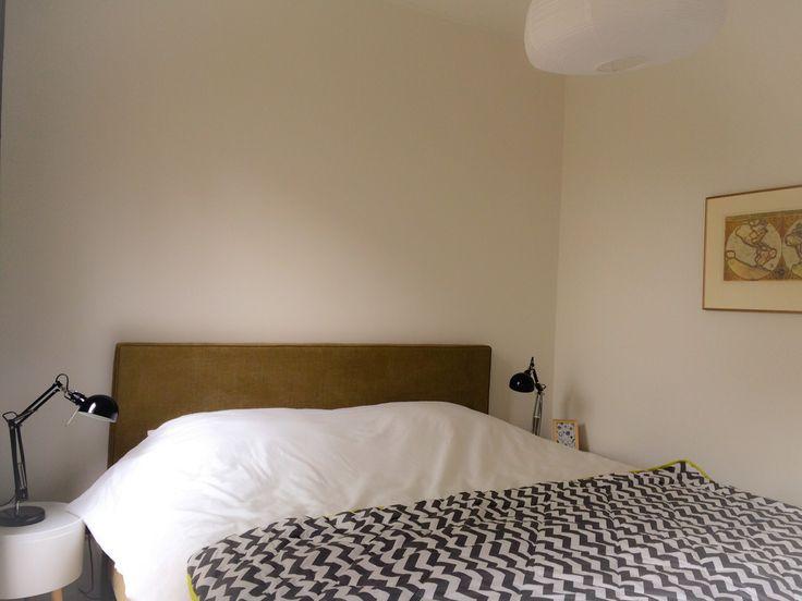 Sprei (Leenbakker), lampen (Ikea), tafeltje (Kwantum), bed en schilderij eigen bezit eigenaren