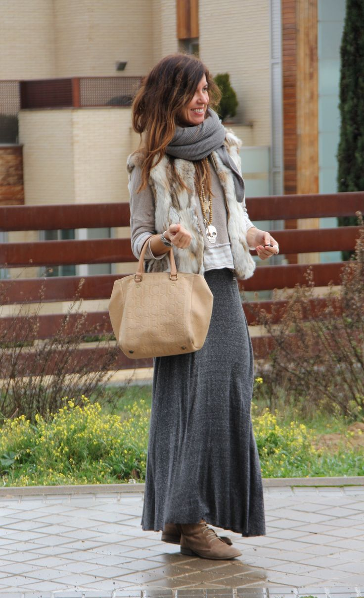 Chaleco/fur vest: London. Jersey/jumper: Zara (old) DIY. Camiseta de rayas/t-shirt: Renatta (new collection). Falda/long skirt: Bershka (old). Botas/boots: Pull (old). Bufanda/scarf: Zara (old). Bolso/handbag: Carolina Herrera. Collares/necklaces: Vas, Market. Anillo/ring: Pull (old).