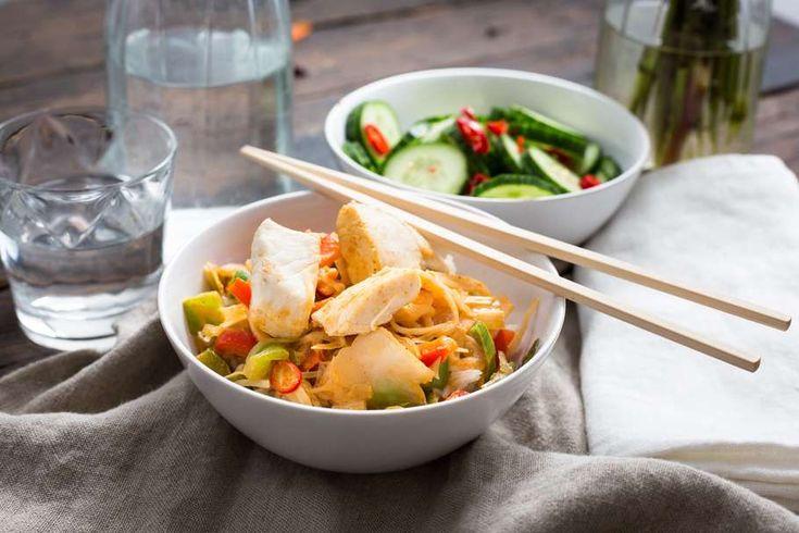 Recept voor thaise vis-curry voor 4 personen. Met zout, olijfolie, peper, rijst, tilapiafilet, oosterse roerbakgroente, paprika, komkommer, azijn, chilipeper, rode currypasta en kokosmelk
