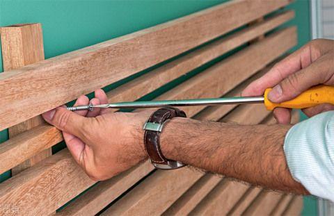 Substitua a broca pela de alvenaria e fure a parede. Afaste o painel, introduza as buchas e fixe-o com os parafusos de 65 mm. Se preferir, esconda os parafusos com adesivos em padrão madeirado, à venda em lojas de produtos para marcenaria.