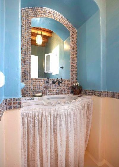 Мраморный умывальник с ручной резьбой. Кафельная плитка уложенная вокруг зеркала куплена в Афинах. .