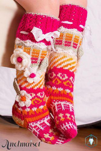 Kukilla koristeltu lasten värikäs polvisukka . Koko 28