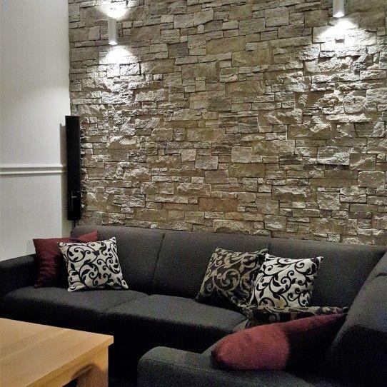 Natuurstenen muur in de kamer.