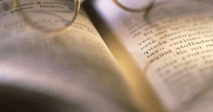 Cómo quitar el olor a humedad de los libros con bicarbonato de sodio. Un olor mohoso procedente de una superficie indica la exposición a la humedad, lo que lleva a la aparición de moho. Aunque las esporas de moho pueden ser invisibles en tu libro, el revelador olor a sótano mohoso es difícil de ignorar. Deshacerse del olor a humedad es imprescindible, no sólo para la frescura del libro, sino para evitar que el moho ...