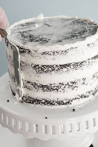 How to frost a cake without getting crumbs