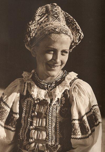 Karel Plicka, slovenské kroje (national costumes of Slovakia); mladá žena z Heľpy