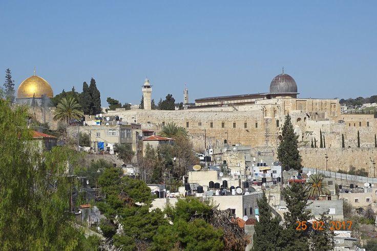 Meczet skały z kopułą pokrytą siedemdziesięciu kilogramami jordańskiego złota i Al Aksa - skromniejszy, ale ważniejszy - bo to miejsce wniebowzięcia Mahometa.