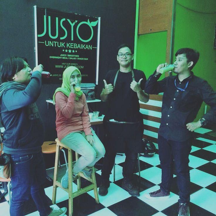 """CEO sekaligus Chef #Jusyo sedang berpose ala cover art album bersama para kru dan presenter """"Inspirasi Bisnis"""". """"Inspirasi Bisnis"""" adalah program yang dihelat oleh Bisnis TV. Tunggu tanggal mainnya ya.. Jusyo - Untuk Kebaikan #BeraniBaikBeraniSehat  #jusyo_id #JusyoKiosk #dayshoot #startup #shooting #bussiness #television #tvshow #sehat #sehatalami #juice #coldpressedjuice #healthy #healthyliving  #Indonesia"""