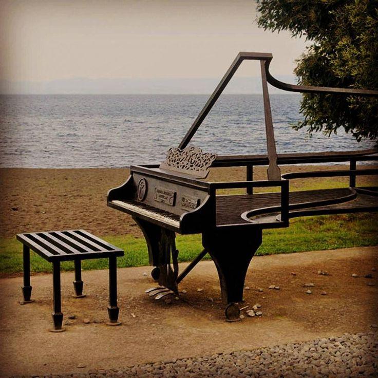 """Sabías que a Frutillar se la conoce como la """"ciudad de la música""""? Nos encontramos con esta escultura con forma de piano luego nos enteramos que Frutillar es llamada así por el festival Semana Musical de Frutillar que se realiza cada año del 27 de enero al 5 de febrero. En un rato les comparto la foto del hermoso teatro donde se celebra.  #Frutillar #Chile #Música #Sudamérica #viajarenauto #viajarenpareja #travelblogger #iamTB #comuviajera #viajar #travel #instatravel #photooftheday…"""