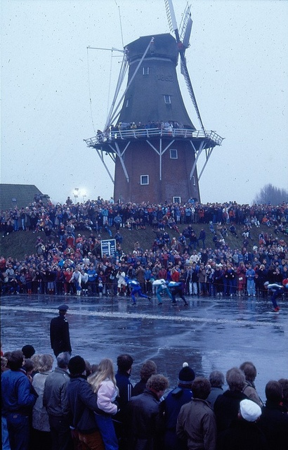 Beeld van de 13e Elfstedentocht. Wedstrijdrijders passeren een stellingmolen bij Dokkum. 21 februari 1985