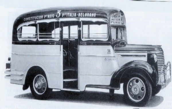 1939 Buenos Aires, Colectivo último modelo. Un Chevrolet de 1939, carrozado por El Trébol, con 11 asientos incluido uno para el guarda