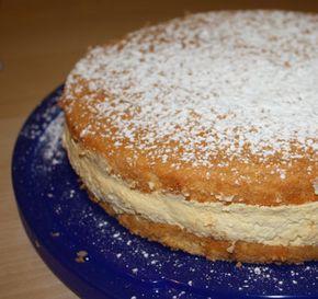 Zutaten: Biskuit (von Britta): 4 Dotter 3 EL heißes Wasser 120g Zucker 1 P. Vanillezucker 4 Eiklar (Schnee) 100g Mehl 1/2 gestr. KL Backpulver wahlweise 50g Mandeln Fülle: 500 g QimiQ Classic, ungekühlt 250 g Magertopfen / Quark 100 g Zucker 1 Pkg. Vanillezucker 1/2 Stück Zitrone, gepresst 250 ml Sahne 36% Fett, geschlagen