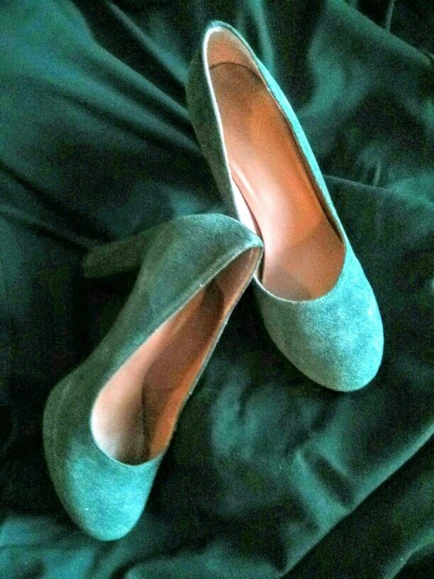 Pumps in a deep green / pine green colour. Made in fake moca leather.