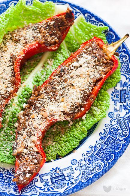 """Pełnia smaku, czyli """"serowe"""" pieczarki, zapieczone wsłodkiej papryce. Pieczarkowy farsz, zdodatkiem kaszy gryczanej iporządnej dawki płatków drożdżowych dla podbicia serowego smaku. Mojezjedno ulubionych połączeń jeśli chodzi ofarsze. Można nim faszerować zarówno papryki okrągłe, cukinie, ziemniaki,… Read More"""