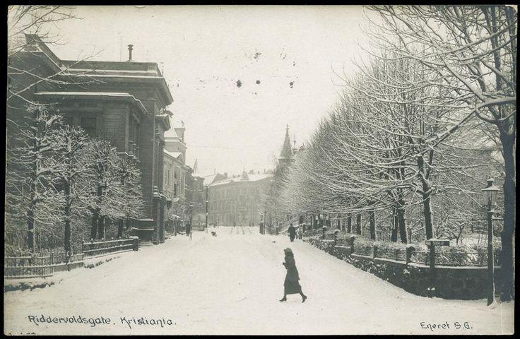 Kristiania Riddervoldsgate. Vintermotiv med noen få folk i gata Utg Eneret S. G. Br. 1919.