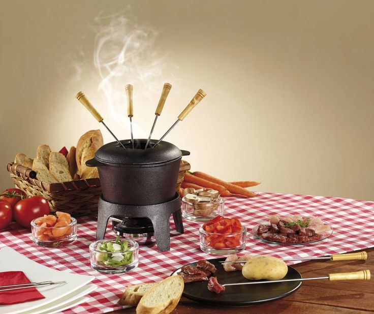 Pour déguster une bonne fondue au fromage, à la viande ou sucrée, ce service à fondue en fonte est proposée à petit prix et assure un repas convivial.