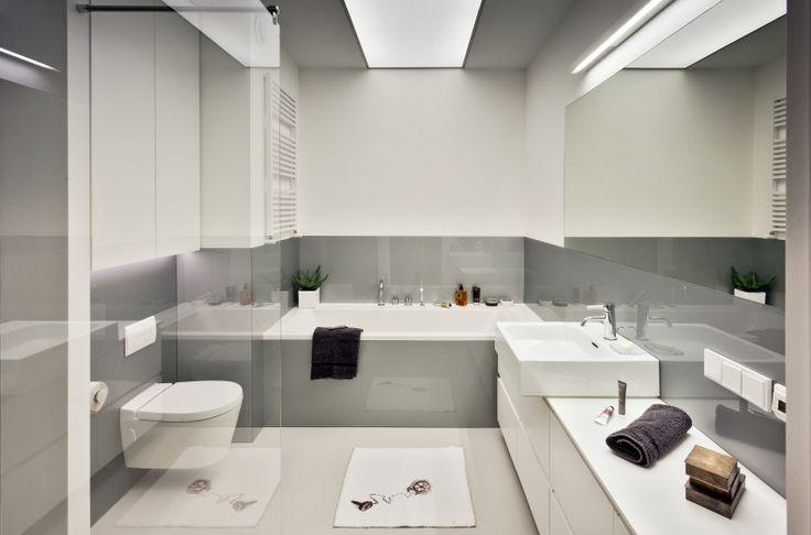 Ta aranżacja łazienki to miejsce bliskie ideałowi ascetycznego wnętrza. Szaro-biała łazienka jest prosta, ale przytulna. Projekt łazienki zakładał maksimum funkcjonalności, minimum mebli i dobre wzornictwo. Nowoczesna łazienka jest przytulna i uporządkowana.