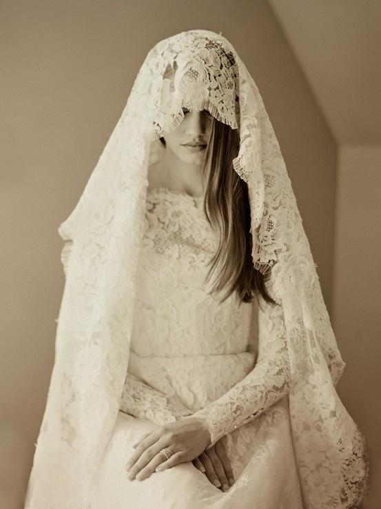 Velo de encaje, largo, grande y elegante. Lace veil , long, largo and elegant .