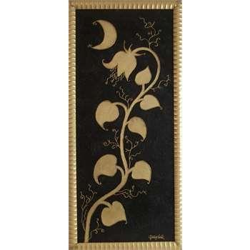 """Dipinti Moderni Astratti. """"Fiore di notte"""" . Il quadro moderno dalla rappresentazione floreale, è un pannello di legno che ha uno sfondo materico decorato con volute e sabbia di vetro nera. Il fiore e la luna decorati in foglia oro trattengono la colatura di resina che li rende in rilievo."""