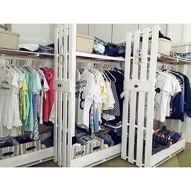 女性で、OtherのDIY棚/衣類収納/収納できる衣類収納/子供服収納/DIY/収納アイデア…などについてのインテリア実例を紹介。「すのこで作った子供達の衣類収納です。 クローゼットにピッタリ入って、使わない時は隠しておけます(ˊ˘ˋ*)」(この写真は 2016-09-08 12:53:31 に共有されました)