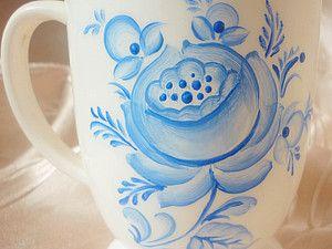 """Русский живописец Б.М.Кустодиев говорил, что гжельские чайники и чашки цветут 'колдовскими синими цветами"""". И действительно, знаменитые синие цветы, листья и бутоны на белом фоне – исключительная гжельская традиция, которой не найдешь нигде больше в мире. Самобытный стиль росписи кобальтом (синей краской) использует тридцать различных оттенков: от почти прозрачного светло-голубого до насыщенного темно-синего цвета."""