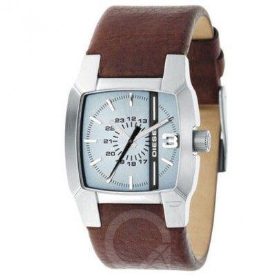 Diesel Horloge DZ1123 Rechthoekig lederen band horloge van Diesel. Het horloge heeft een donkerbruine band van 27mm breedte. De roestvrijstalen kast is 36mm in diameter. De wijzerplaat van het horloge  is lichtblauw met zilverkleurige cijfer aanduiding.  Diesel Only The Brave