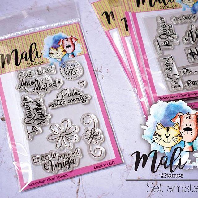 Set de sellos en español, con lindos mensajes de amistad... ideal para tarjetas, y detalles y todo lo que desees. Además tiene unos lindos gráficos que sirven para personalizar todo lo que desees.  Disponible en @mifabricadeideas #clearstamps #sellosenespañol #sellosenespanol #scrapbooking #scrapbook #amoryamistad