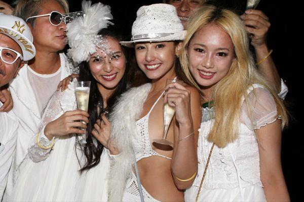 柴咲コウ、沢尻エリカらも全身真っ白に。世界最大のシークレット・ディナー・パーティが日本初上陸 | SNAP WWD JAPAN.COM