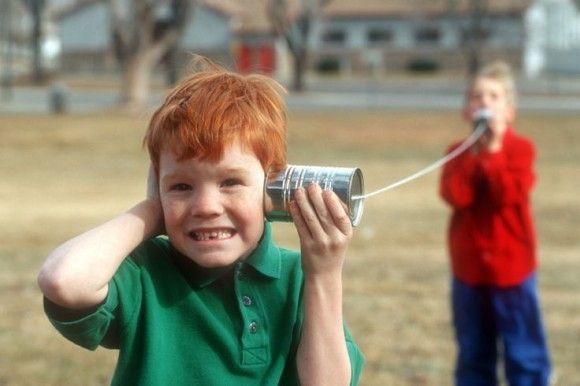 walkie talkie maken van blikken  Dit heeft iedereen vroeger toch weleens gedaan? Maak een touw tussen twee blikken door in de bodem van het blik een gat te maken. Let er wel op dat het touw gespannen moet zijn om een goede communicatie te krijgen.