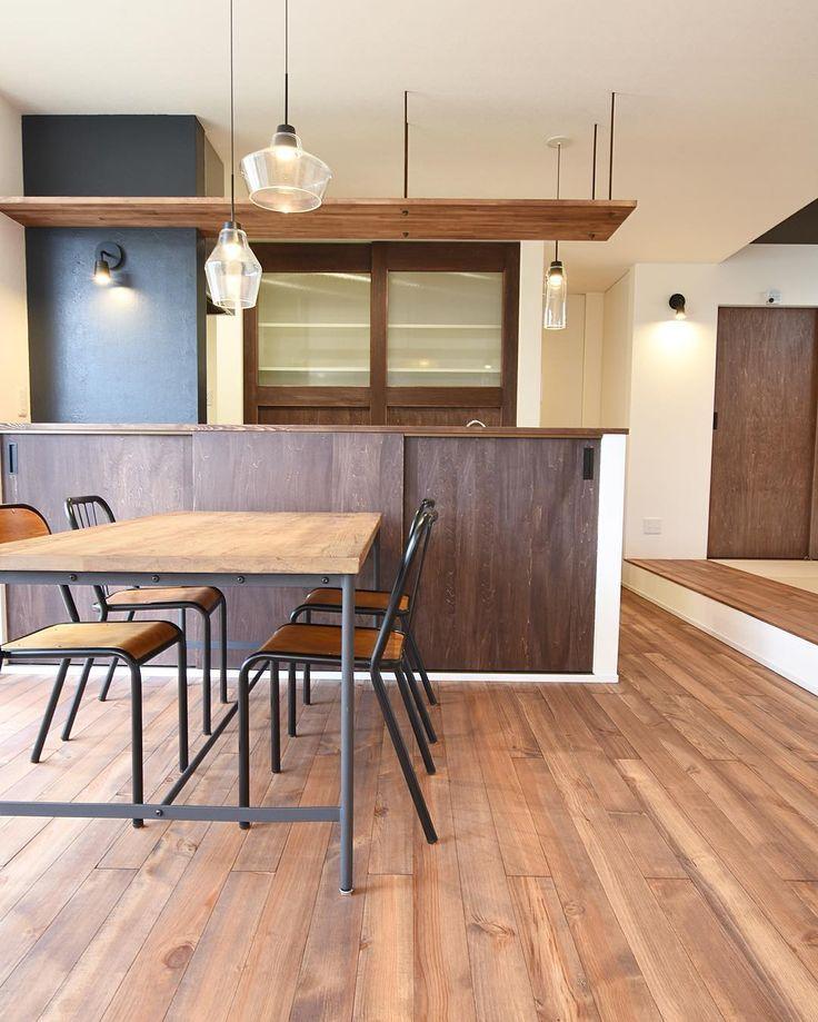 カフェ風ダイニング。ヴィンテージ感のある素材を活かしてコーディネート。扉はシナに自然塗料を塗装。吊りボルトは寸切りに鉄サビ塗装して黒でもないマットな質感に。全体的にラフでカジュアルなテイストにしたのが成功でした。 #注文住宅#新築#住宅#家#マイホーム#ダイニング#無垢材#パイン#カジュアル#シナ#吊り棚#素材#カフェ風